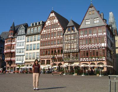 いかにもドイツらしい建物が並ぶ、レーマー広場。旧市街の中心部です。 写真のいちばん右に少しだけ写っているのが、工事中の大聖堂です。