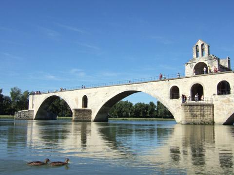↑実際には皆、アヴィニョンの橋(サン・ベネゼ橋)の下で踊っていたらしいで... アヴィニョン →