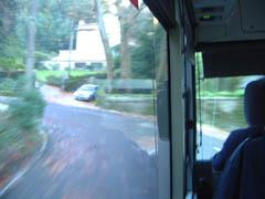 細い坂道を登るバス