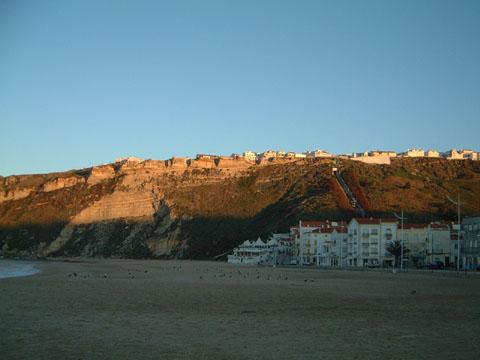 崖上の朝日