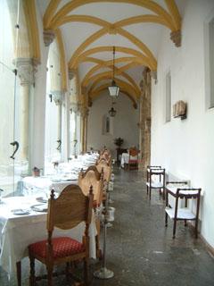 中庭の廊下にテーブルが並んでいました